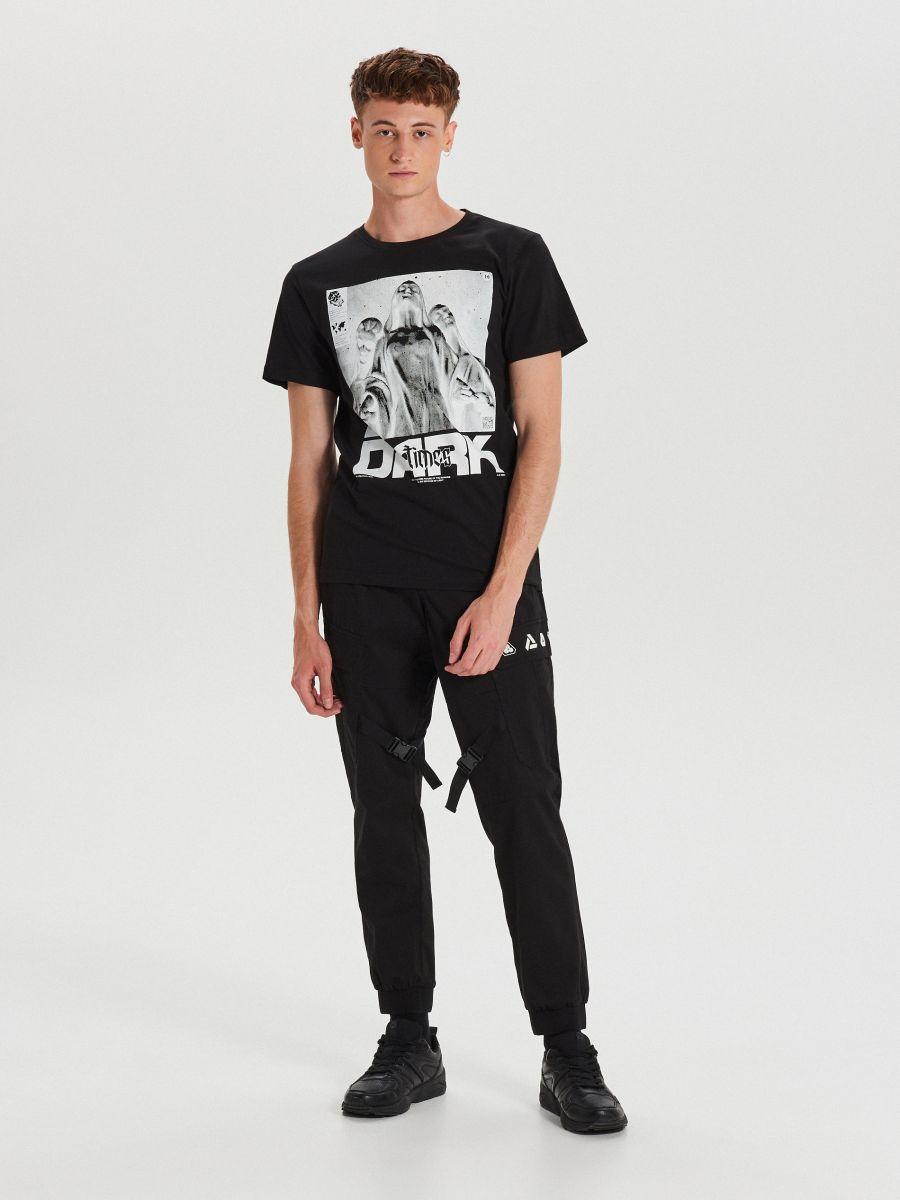 T-krekls ar apdruku - MELNS - XH471-99X - Cropp - 2