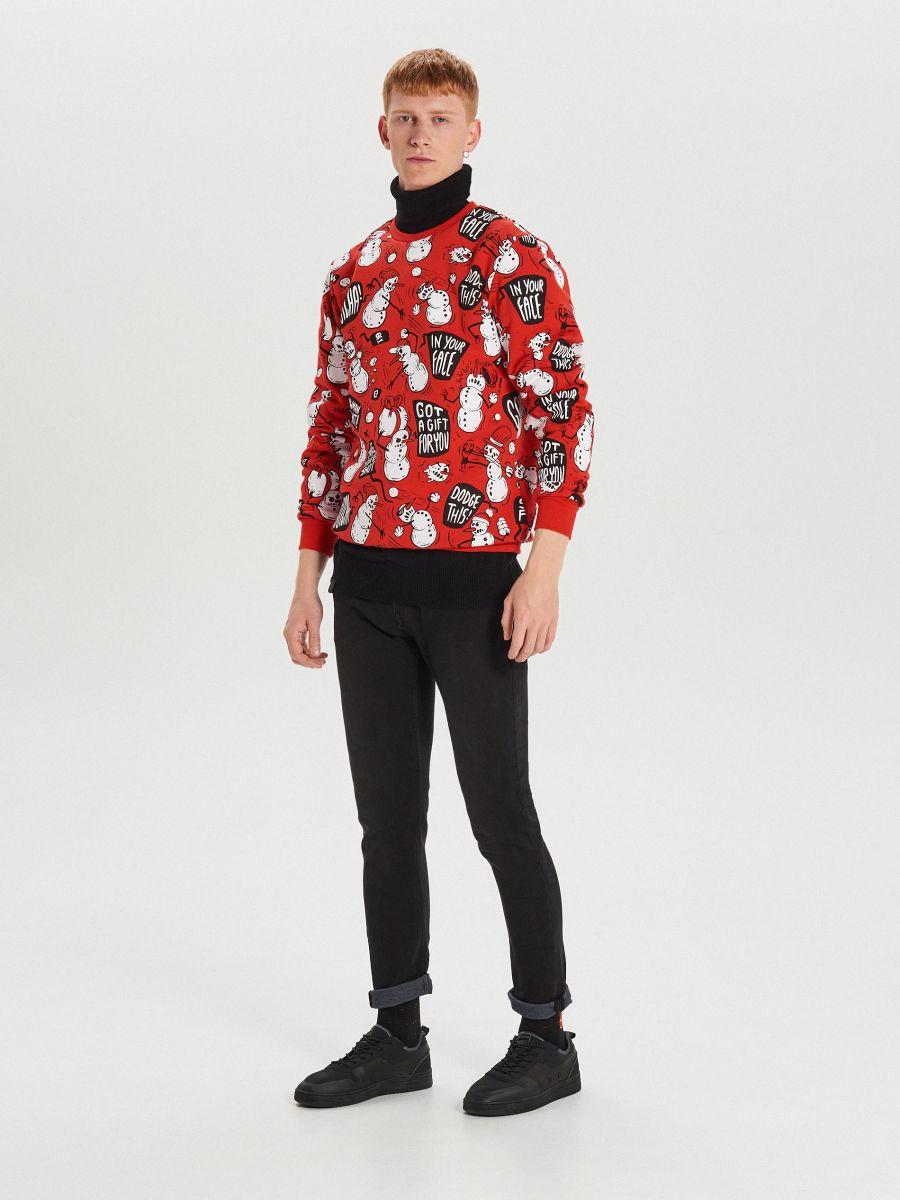 Sporta džemperis ar Ziemassvētku motīvu - SARKANS - XN983-33X - Cropp - 3