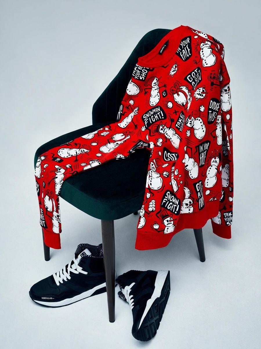 Sporta džemperis ar Ziemassvētku motīvu - SARKANS - XN983-33X - Cropp - 1
