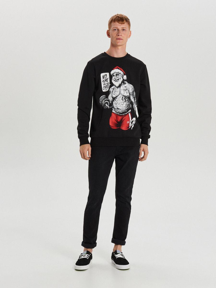 Sporta džemperis ar svētku motīvu - MELNS - XN984-99X - Cropp - 3