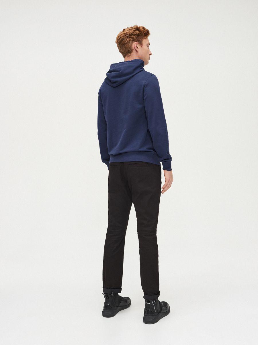 Vienkāršs džemperis ar kapuci - ZILS - XS693-57X - Cropp - 4