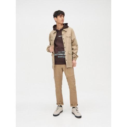 Džemperis ar kapuci un kabatu priekšpusē