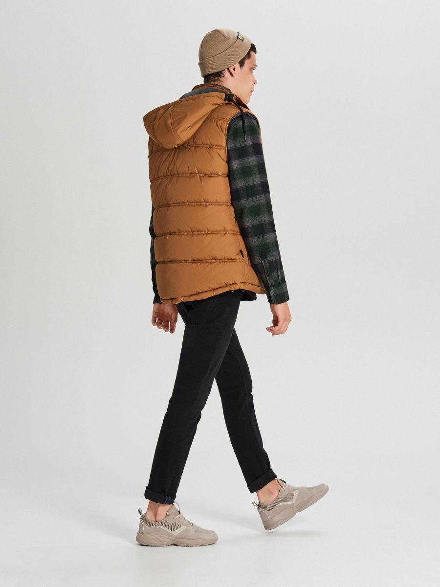 Prešívaná vesta s kapucňou - Hnědá - VU441-82X - Cropp - 2