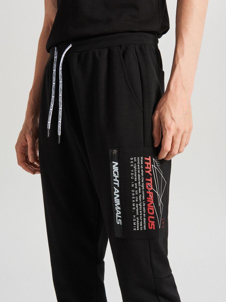Teplákové joggery s potlačou - Čierna - WW368-99X - Cropp - 2