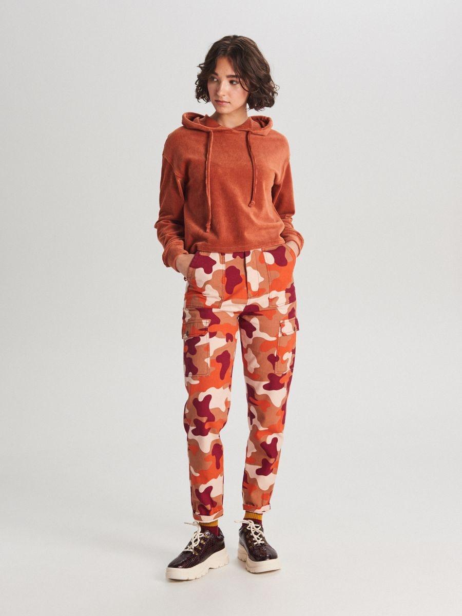 Pantaloni cu imprimeu camuflaj și buzunare cargo - ORANJ - WS550-28X - Cropp - 1