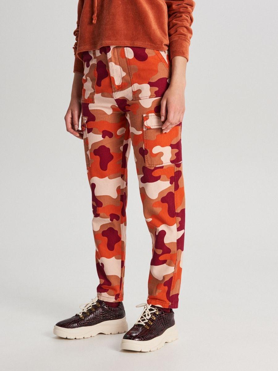 Pantaloni cu imprimeu camuflaj și buzunare cargo - ORANJ - WS550-28X - Cropp - 2