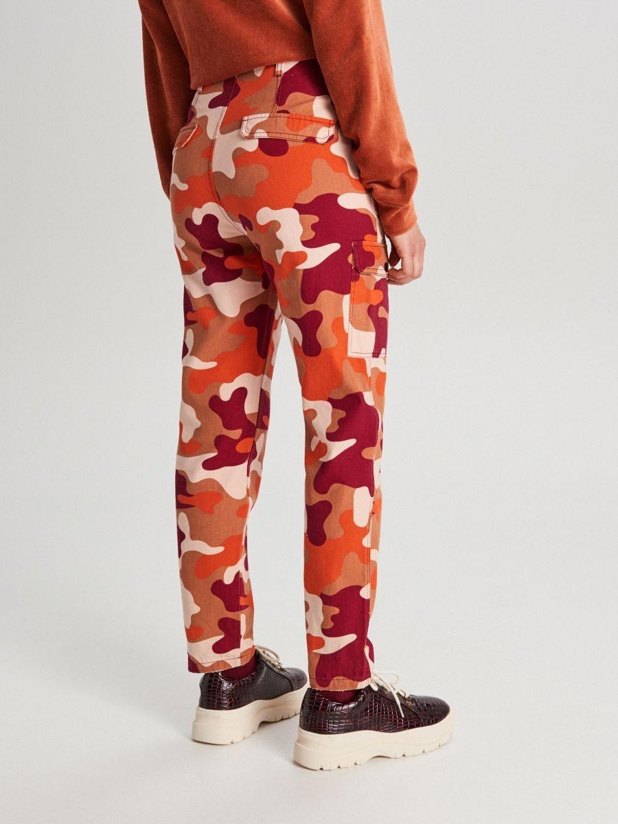 Pantaloni cu imprimeu camuflaj și buzunare cargo - ORANJ - WS550-28X - Cropp - 3
