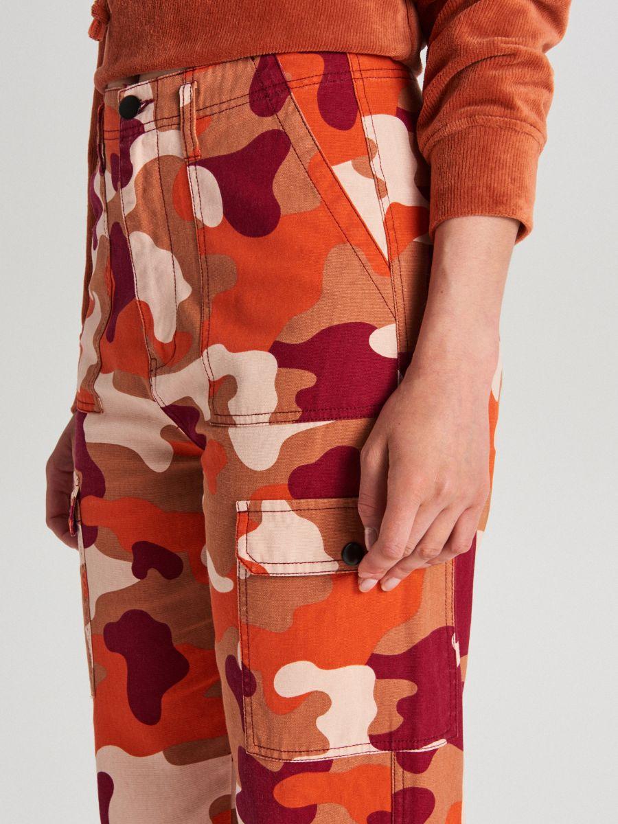 Pantaloni cu imprimeu camuflaj și buzunare cargo - ORANJ - WS550-28X - Cropp - 4