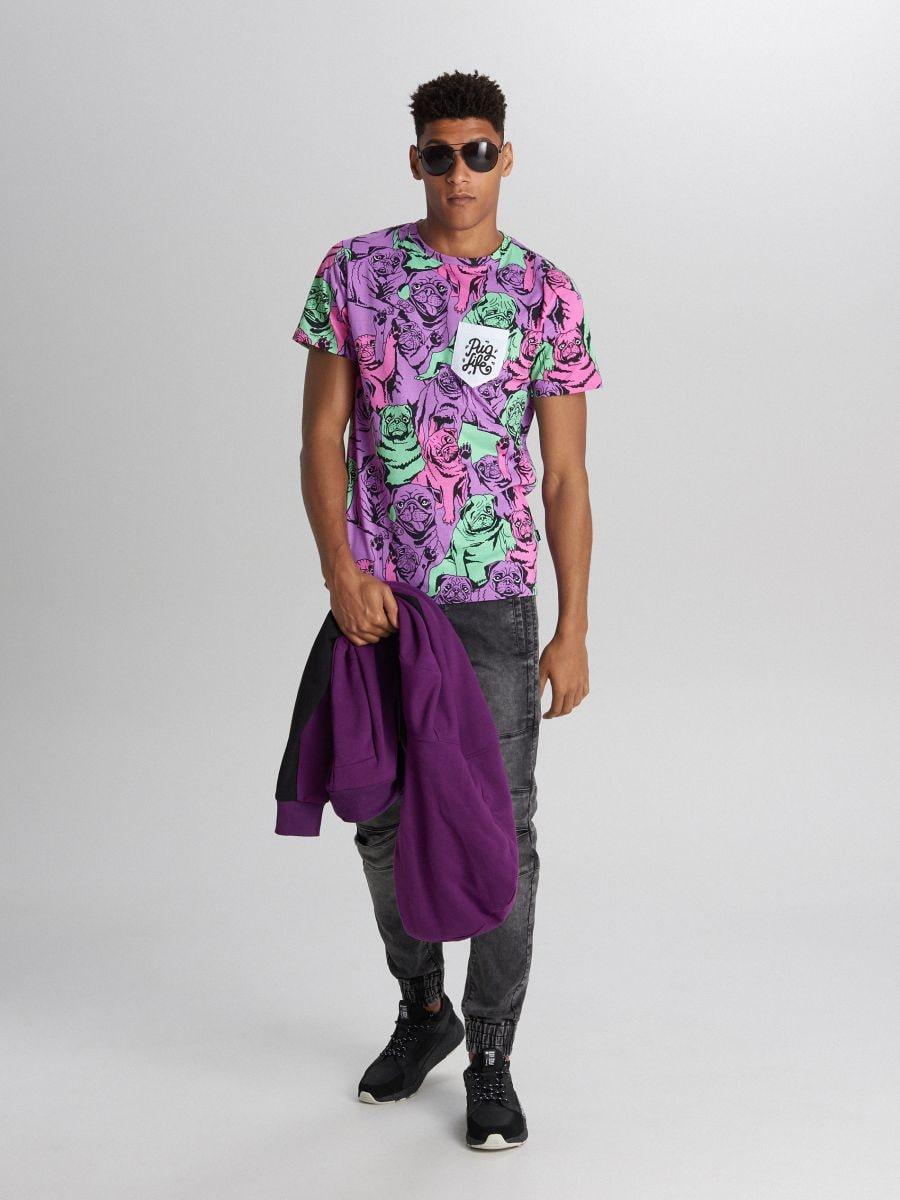 Tricou cu imprimeu cu mopși și buzunar - VIOLET - XB671-45X - Cropp - 1