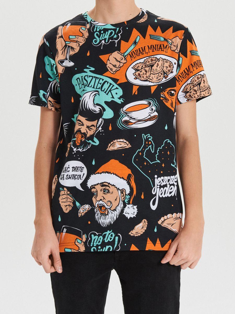 Teljes felületén karácsonyi mintás póló - FEKETE - XH474-99X - Cropp - 3