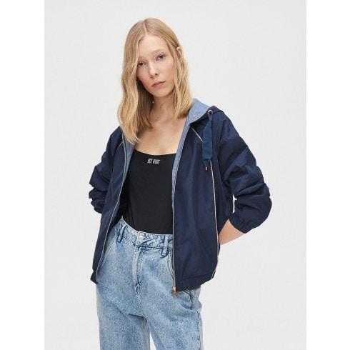 Könnyű dzseki kapucnival