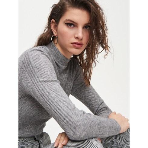 Bordázott kötésű, félgarbós nyakú pulóver