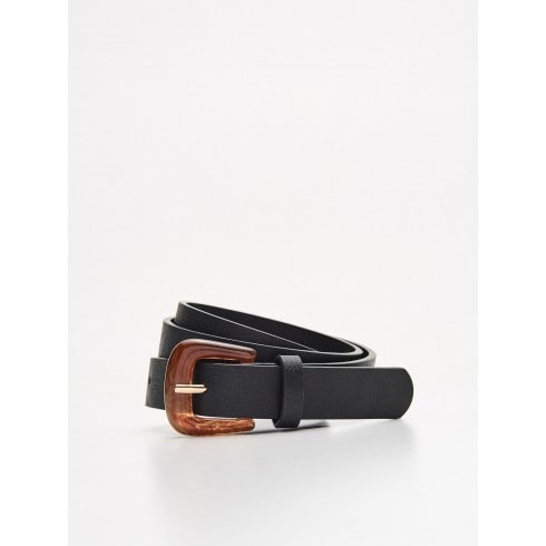Belt with tinted buckle