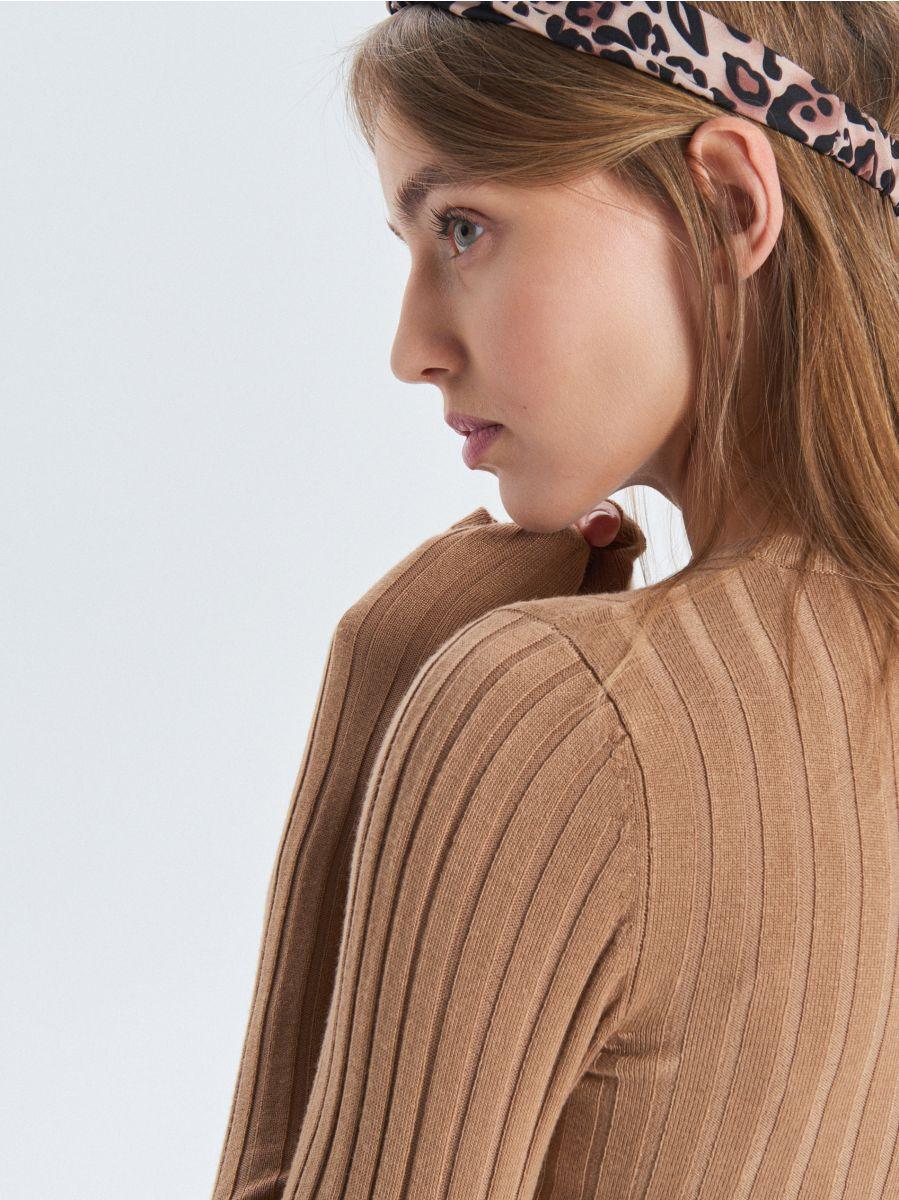 Prążkowany sweter - BEŻOWY - VC042-08X - Cropp - 2