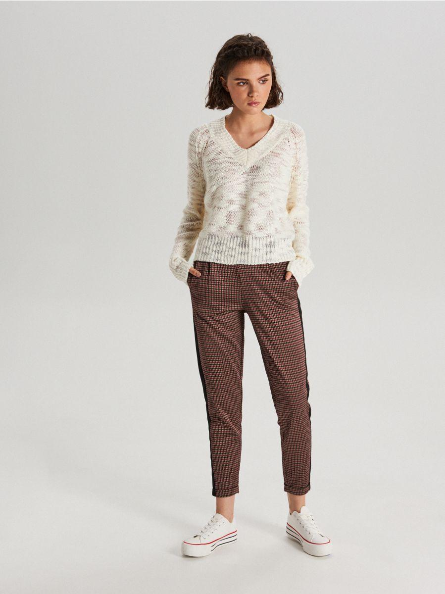 Melanżowy sweter z dekoltem - KREMOWY - VS755-01X - Cropp - 3