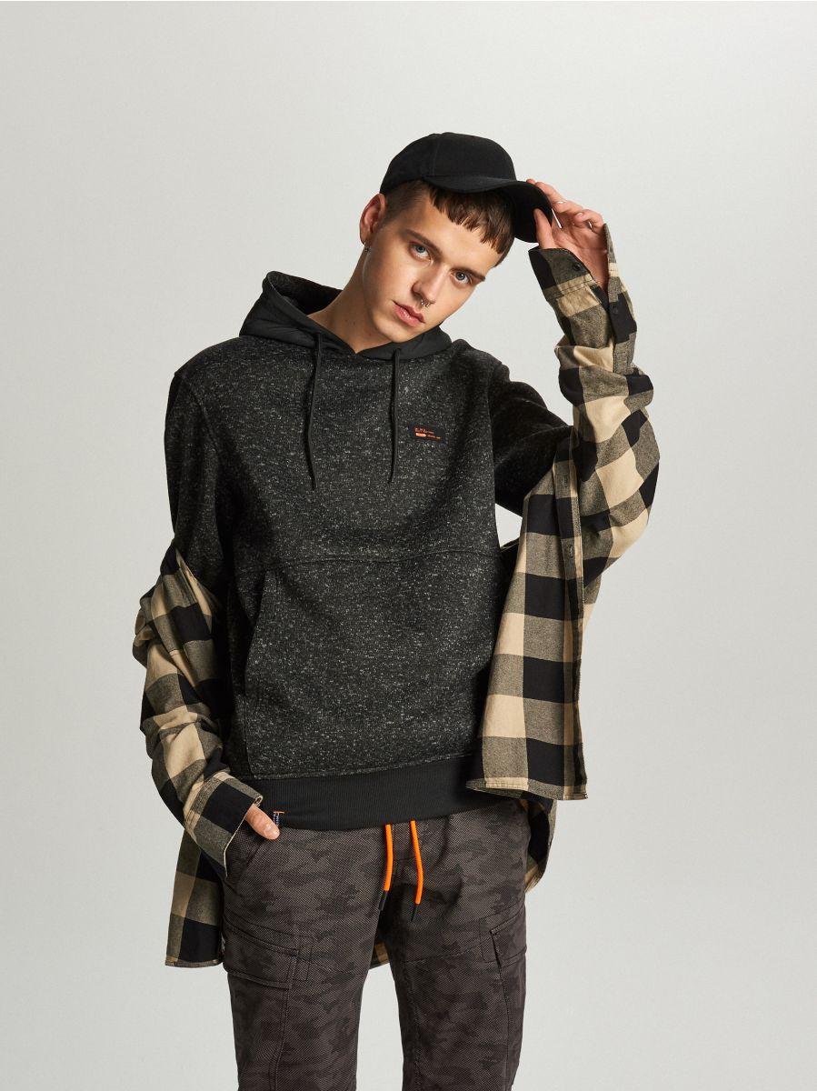 Sweter z kapturem o sportowym kroju - CZARNY - WE552-99M - Cropp - 1