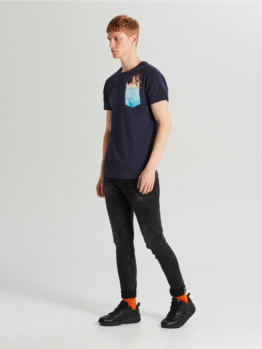 Koszulka z nadrukiem na kieszeni - GRANATOWY - XB652-59X - Cropp - 2