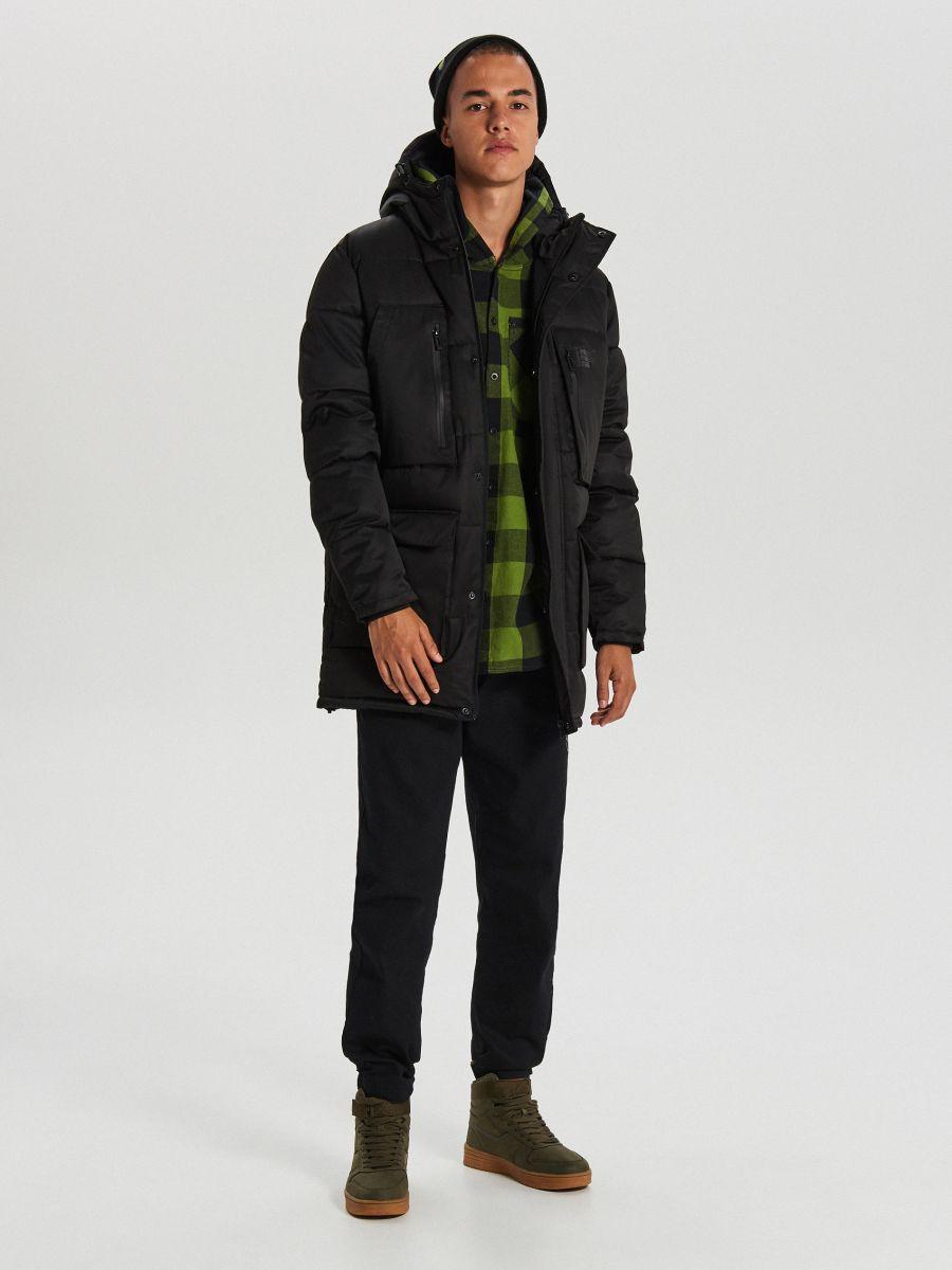 Sportowy płaszcz z kapturem - CZARNY - WC151-99X - Cropp - 2