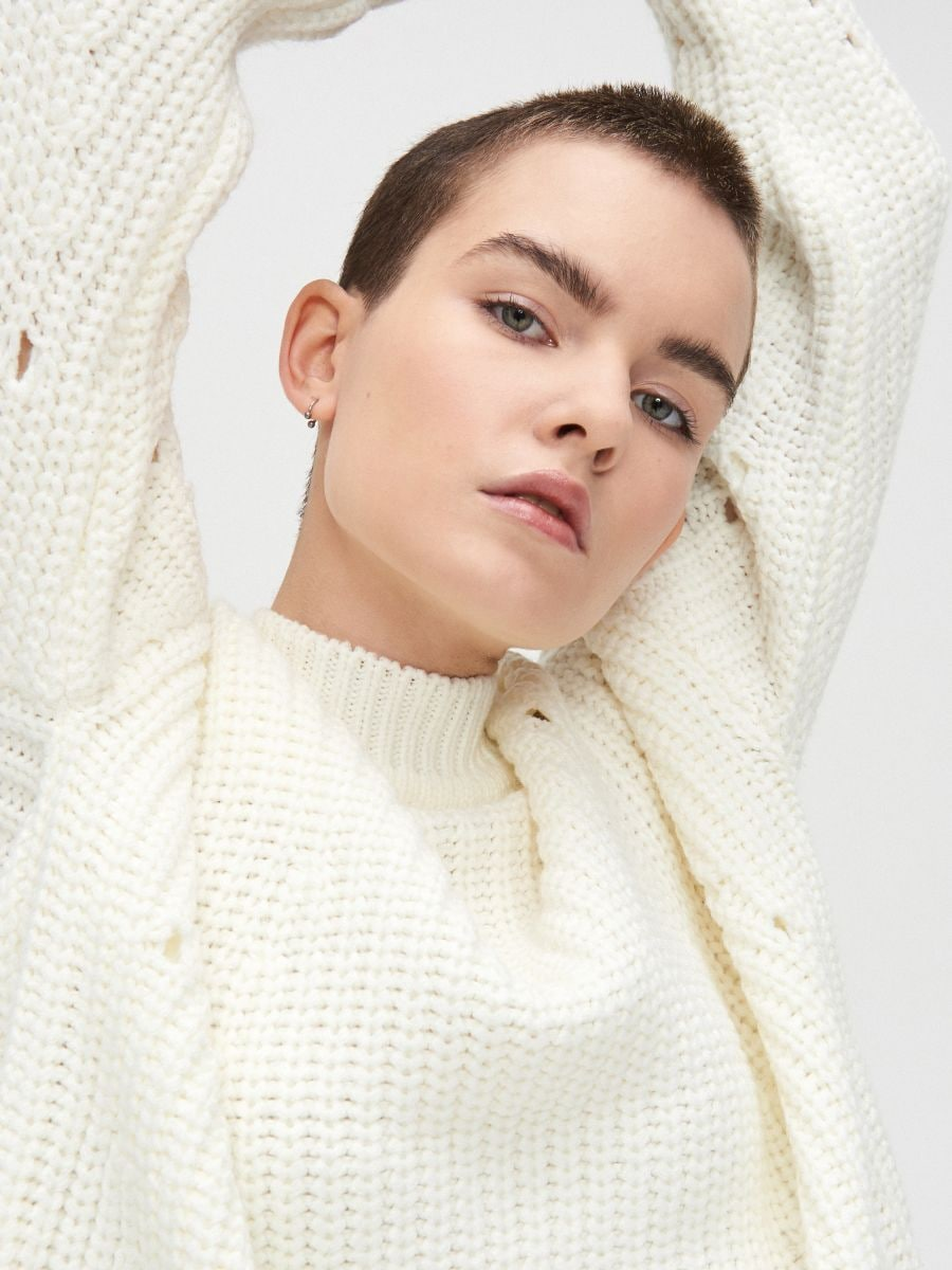 Sweter z ozdobnym splotem - KREMOWY - WC869-01X - Cropp - 2