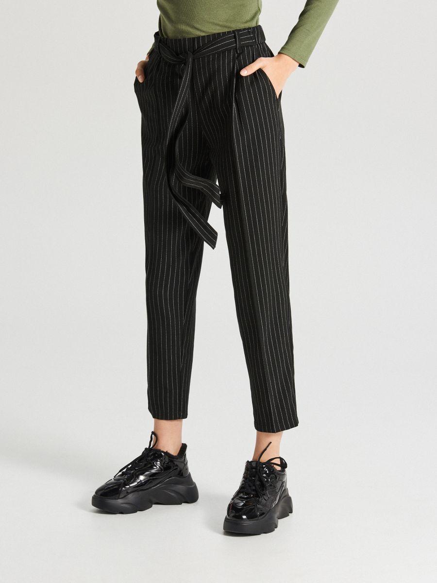 Spodnie z paskiem - CZARNY - WD819-99X - Cropp - 3