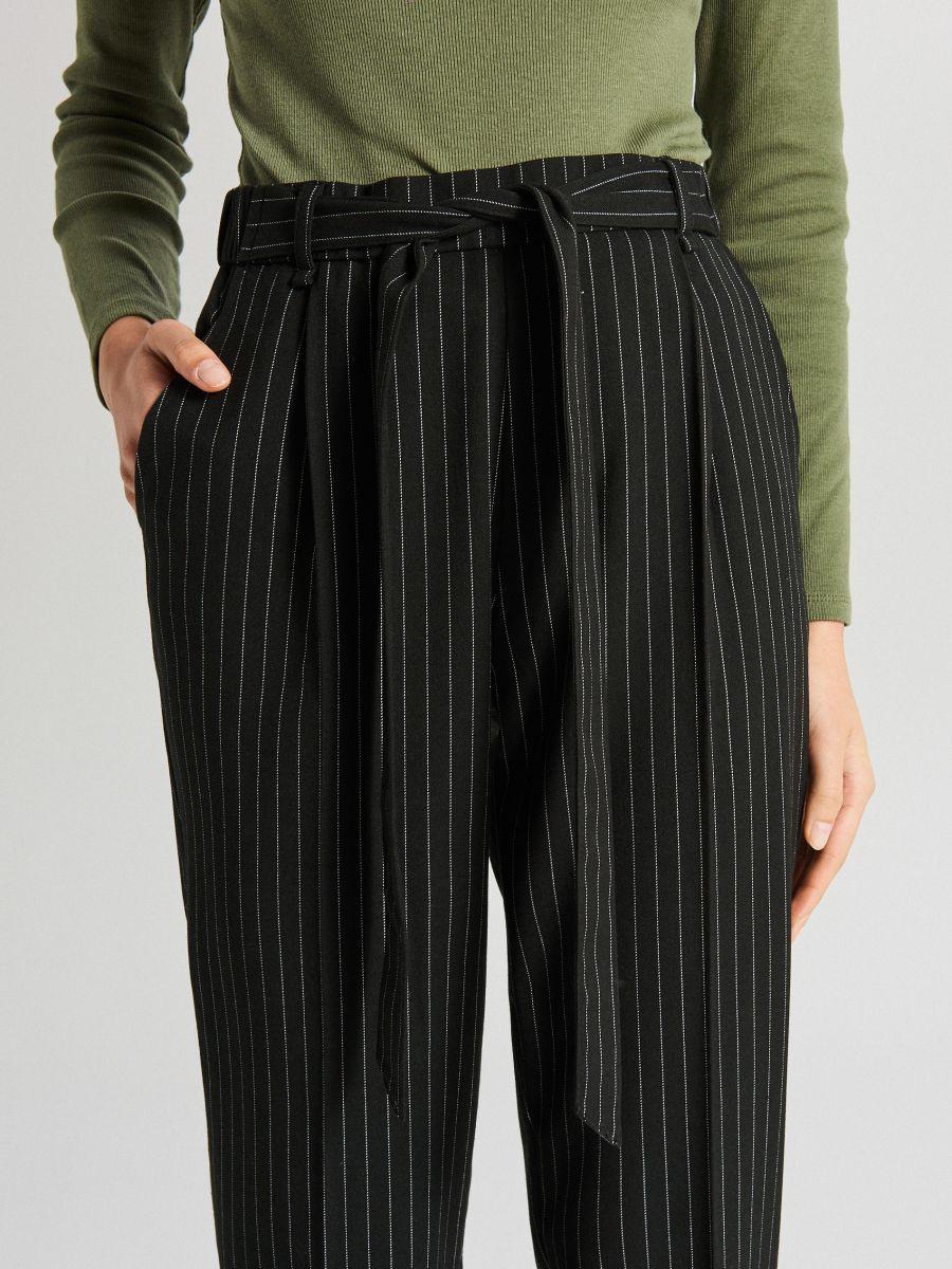 Spodnie z paskiem - CZARNY - WD819-99X - Cropp - 4