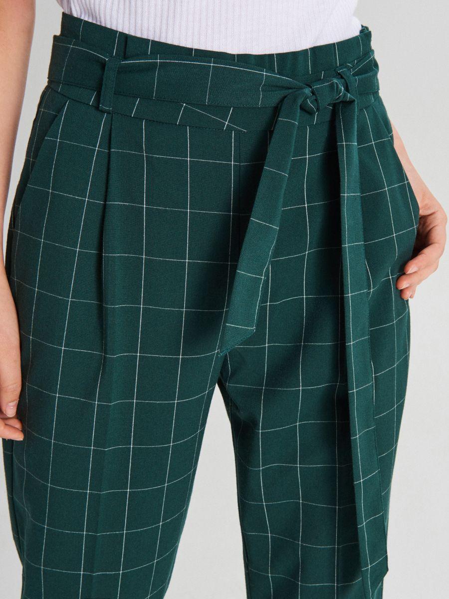 Materiałowe spodnie high waist z paskiem - ZIELONY - WD820-77X - Cropp - 3