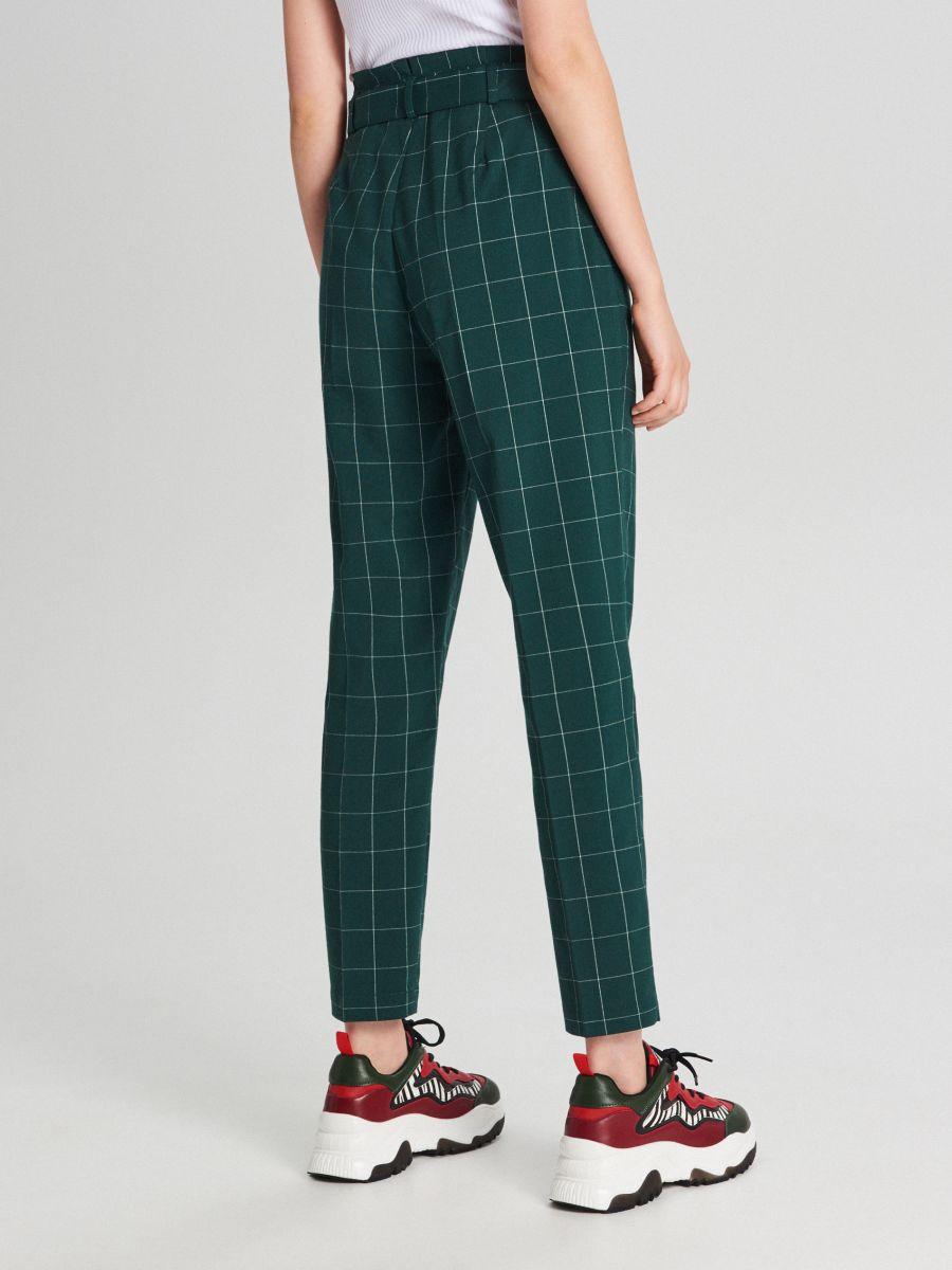 Materiałowe spodnie high waist z paskiem - ZIELONY - WD820-77X - Cropp - 4