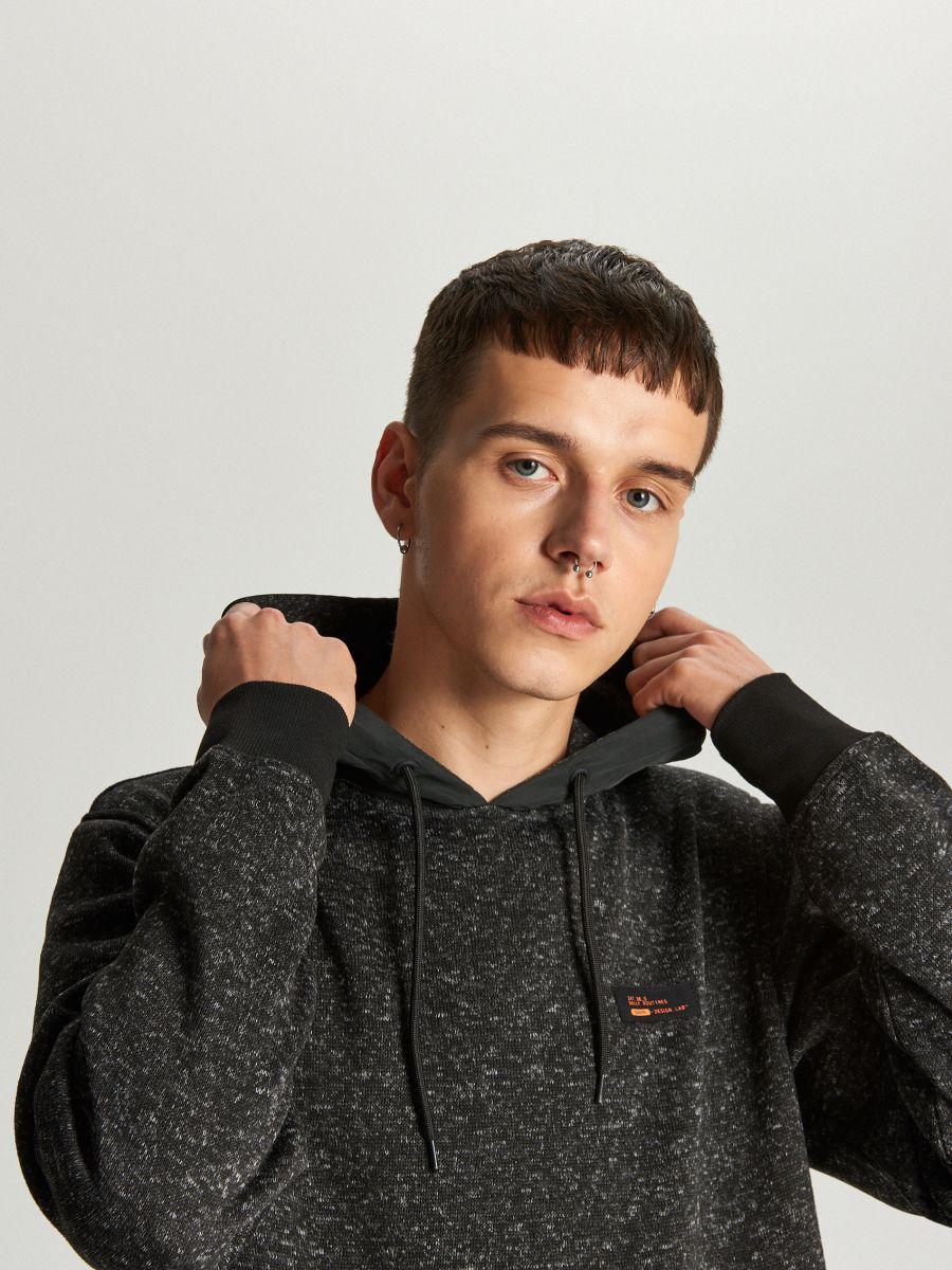 Sweter z kapturem o sportowym kroju - CZARNY - WE552-99M - Cropp - 5