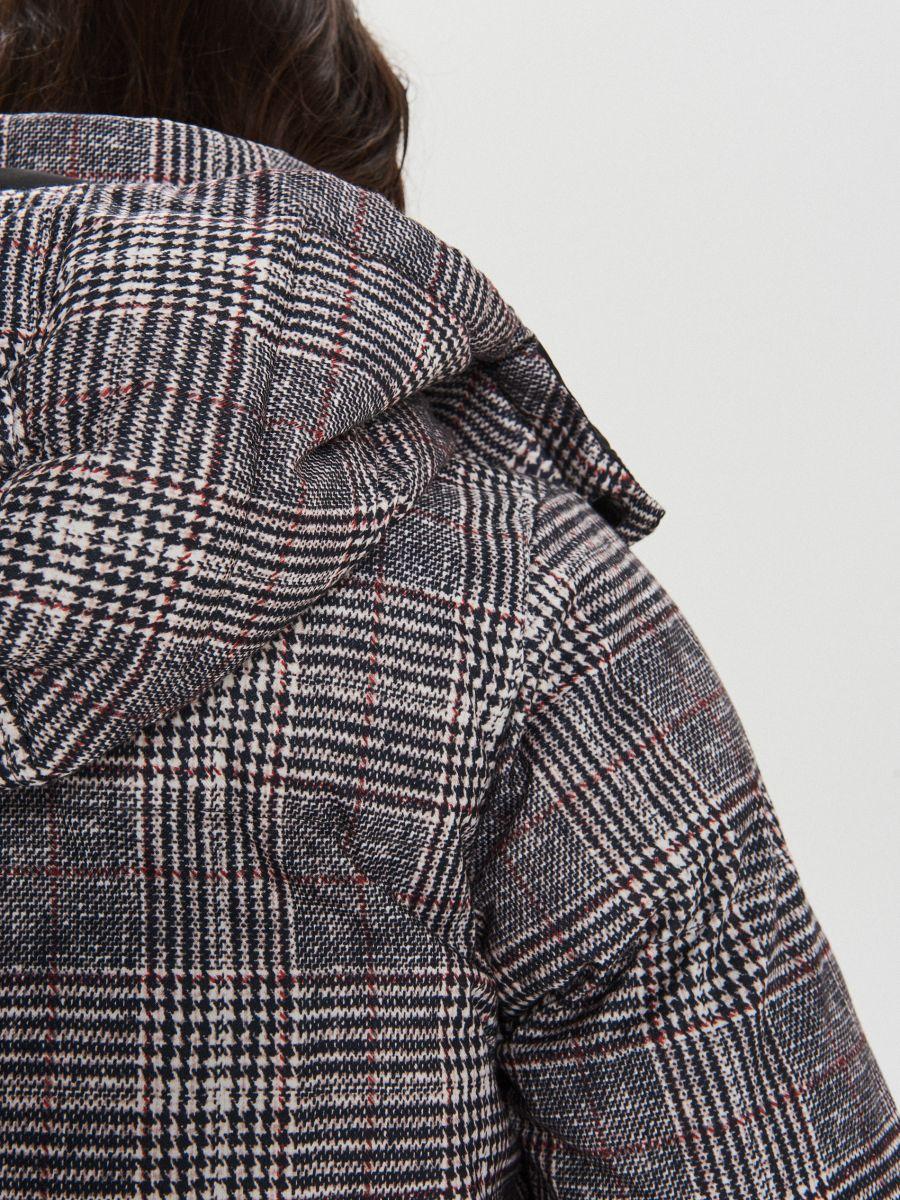 Zimowy płaszcz z kapturem w kratę - WIELOBARWNY - WG299-MLC - Cropp - 9