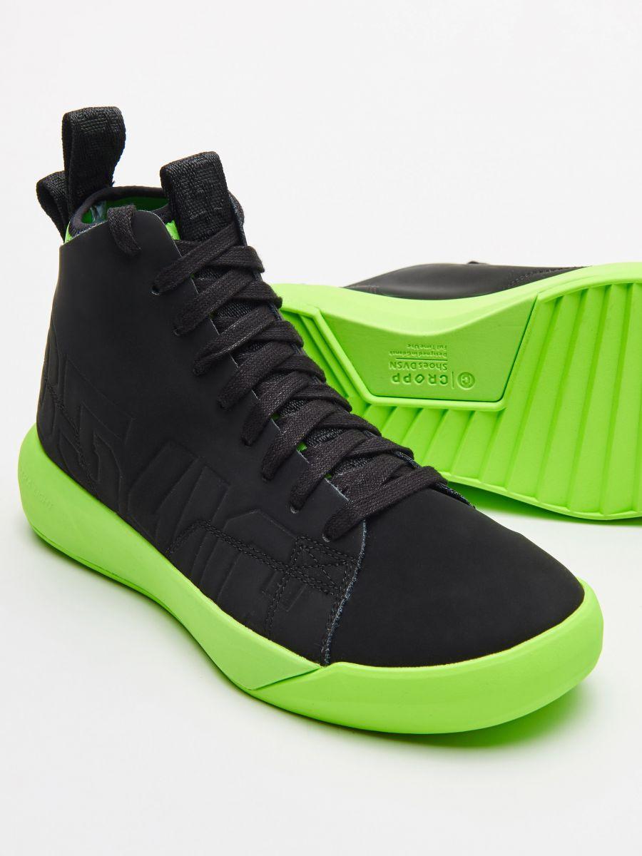 Skórzane sneakersy z neonową podeszwą - CZARNY - WN954-99X - Cropp - 2
