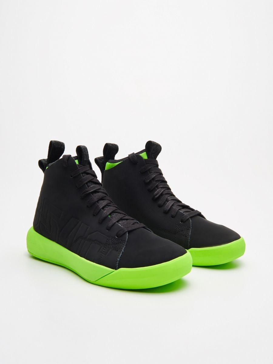 Skórzane sneakersy z neonową podeszwą - CZARNY - WN954-99X - Cropp - 3