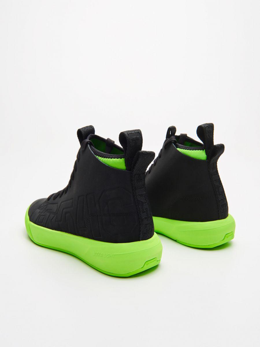 Skórzane sneakersy z neonową podeszwą - CZARNY - WN954-99X - Cropp - 4