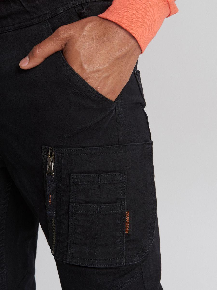 Jeansy slim jogger z kieszenią cargo - CZARNY - WP390-99J - Cropp - 3
