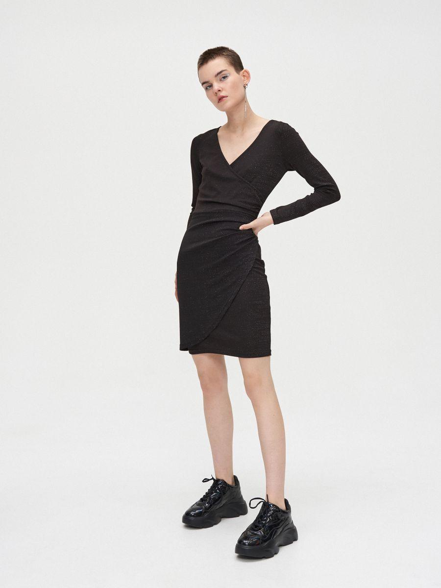 Sukienka z kopertowym dekoltem - CZARNY - WQ038-99M - Cropp - 3