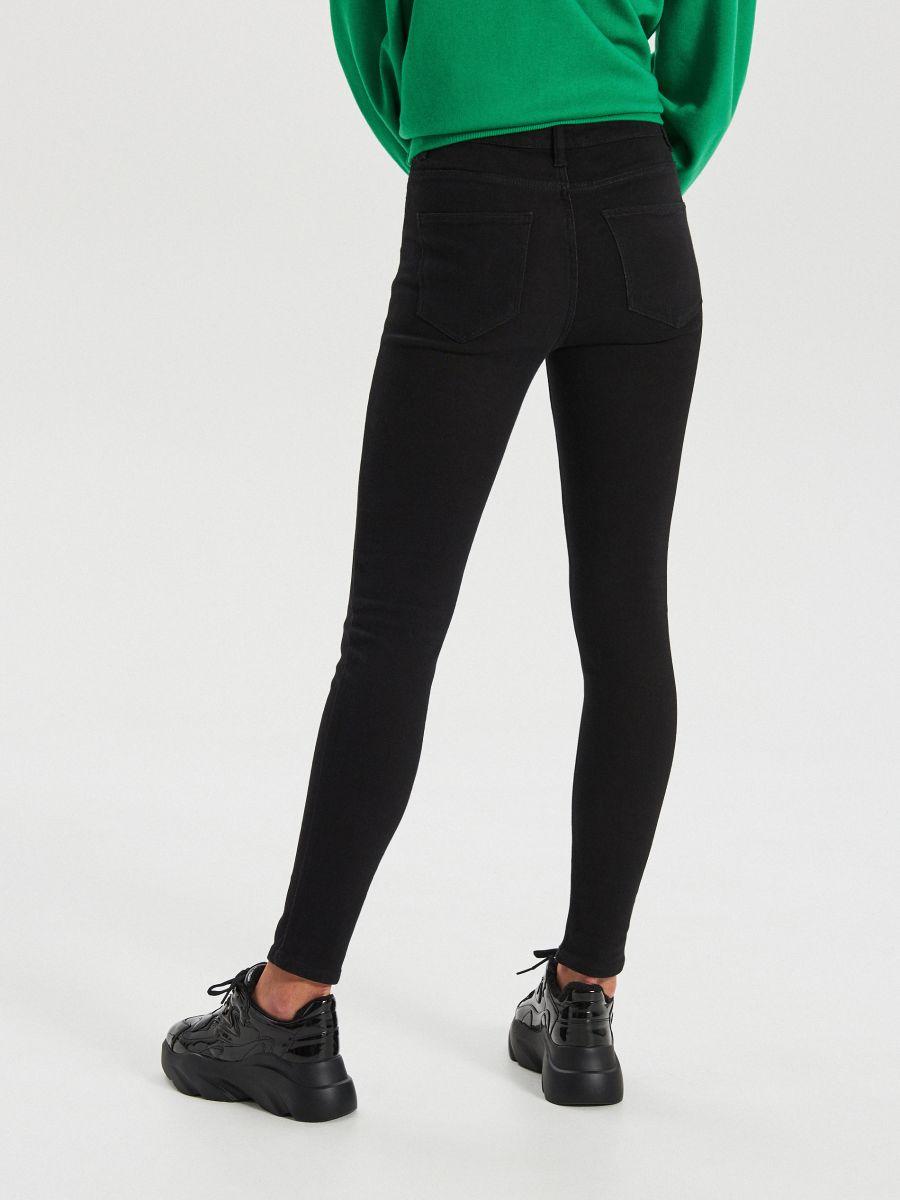 Klasyczne jeansy high waist - CZARNY - WT530-99J - Cropp - 4