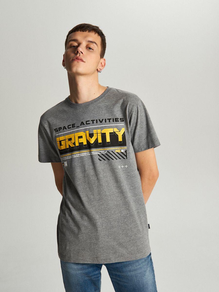 Koszulka z napisem - SZARY - WY446-90M - Cropp - 2