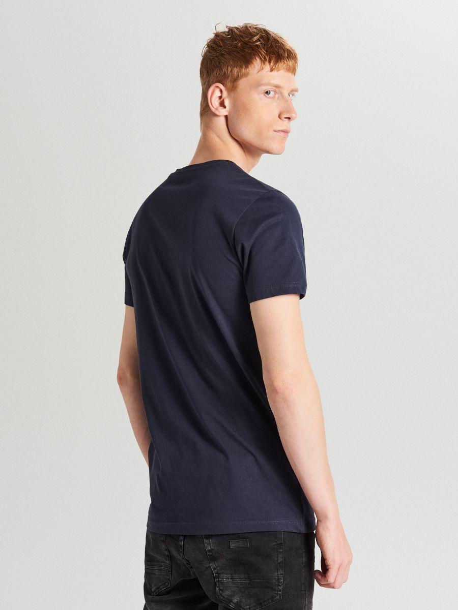 Koszulka z nadrukiem na kieszeni - GRANATOWY - XB652-59X - Cropp - 4