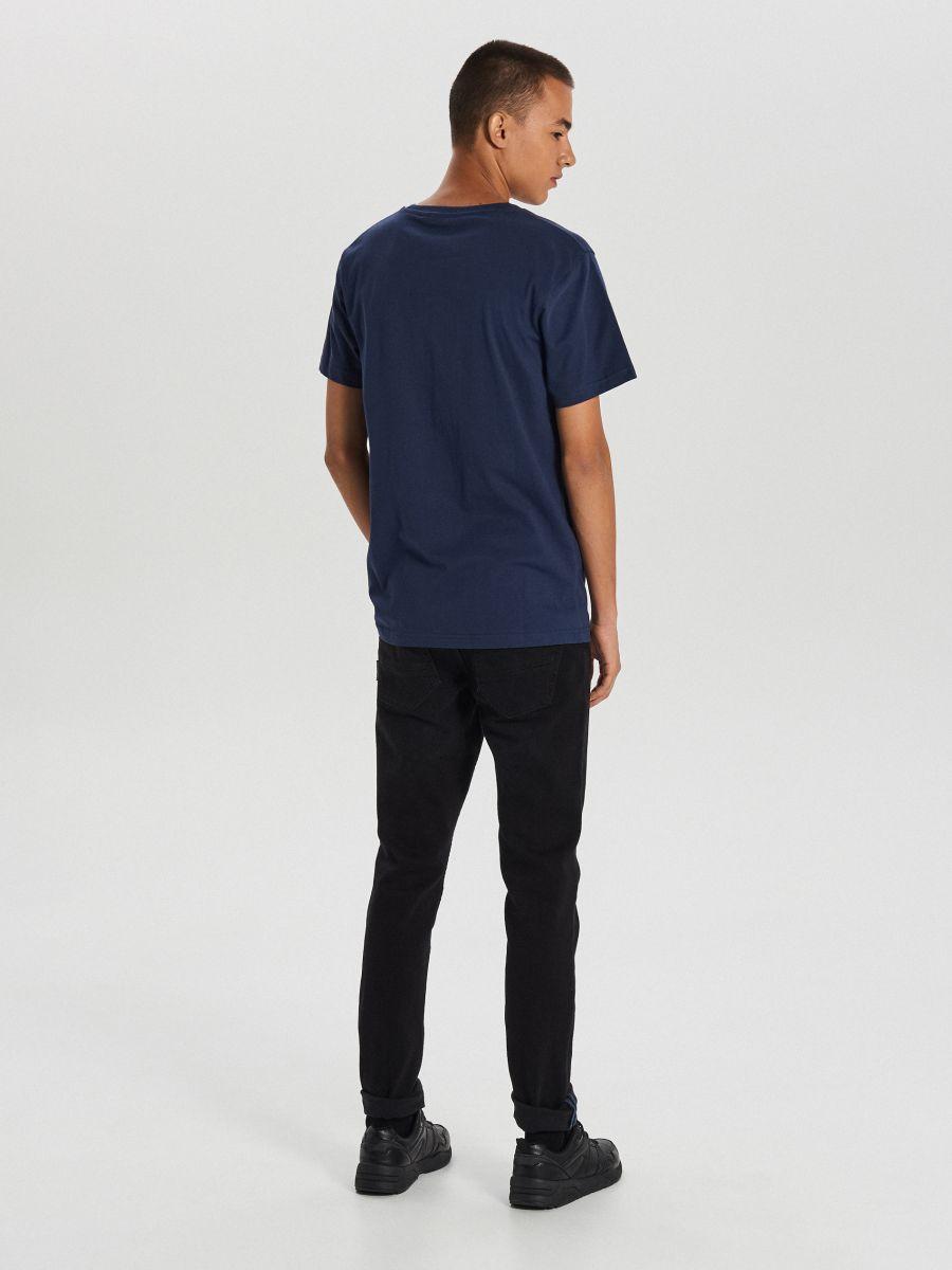 Koszulka z dużym nadrukiem - GRANATOWY - XB666-59X - Cropp - 4