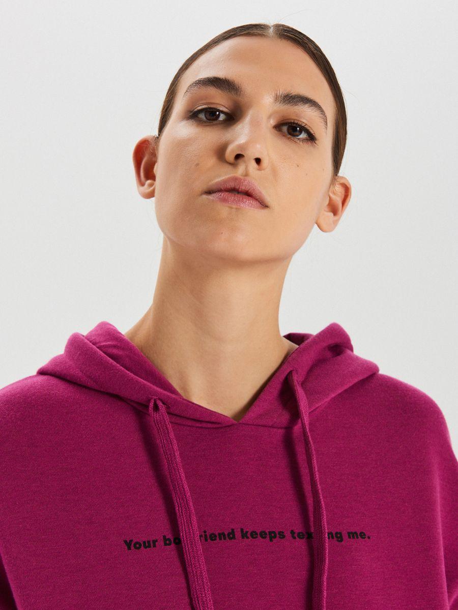 Bluza typu kangurka z napisem - FIOLETOWY - XD378-44X - Cropp - 2