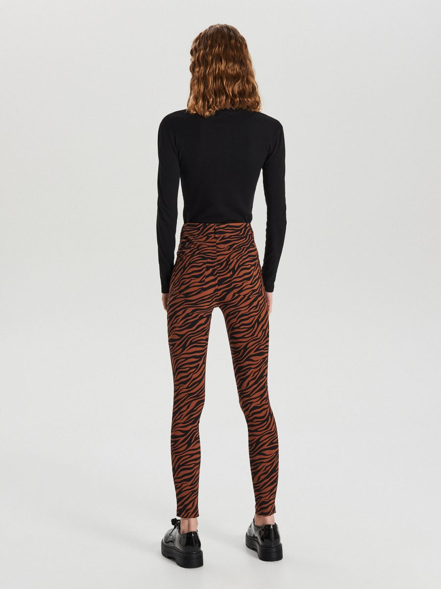Jeansy high waist  - BRĄZOWY - XE038-88X - Cropp - 4