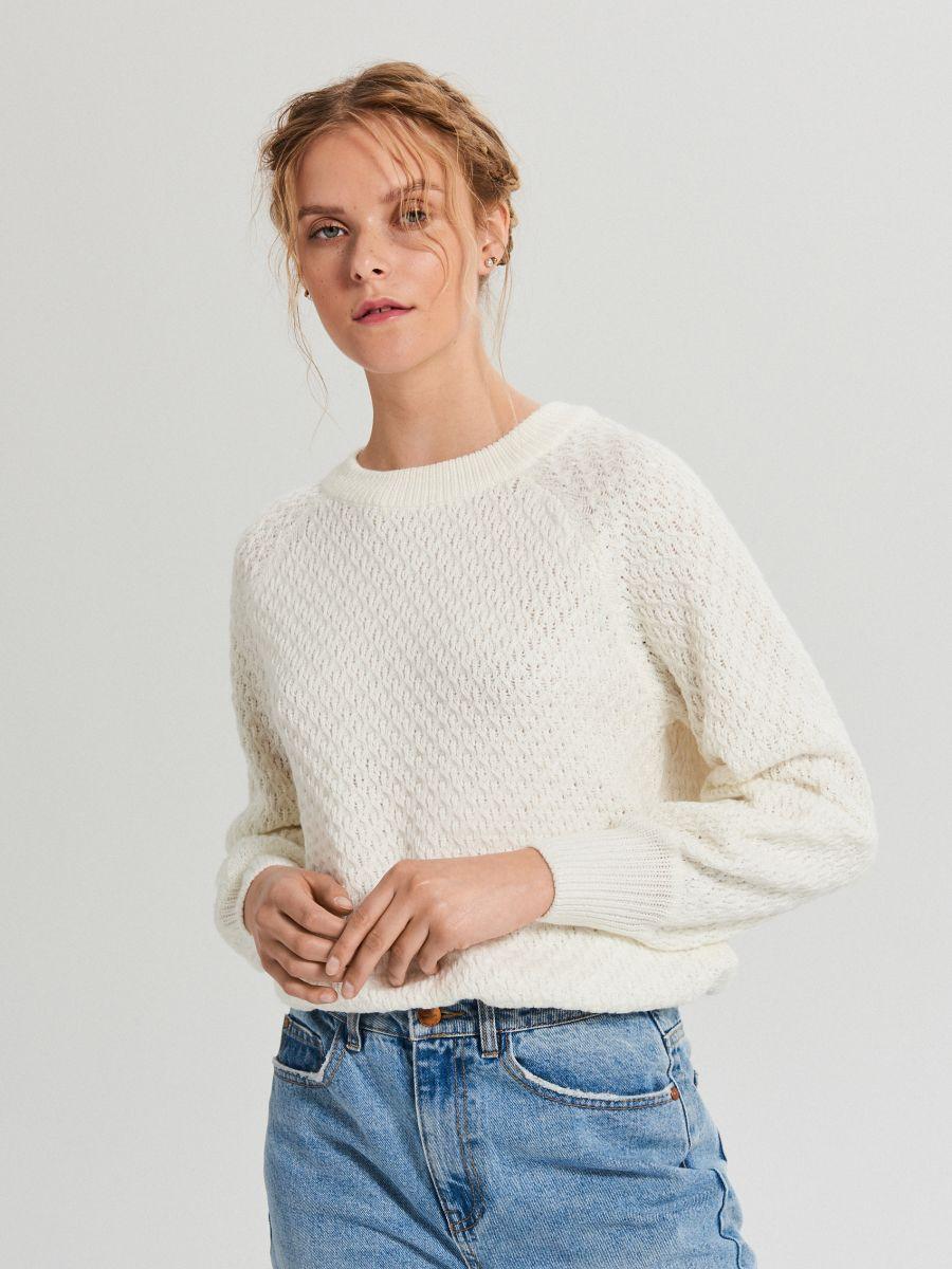 Sweter z ozdobnym splotem - KREMOWY - XG556-01X - Cropp - 1