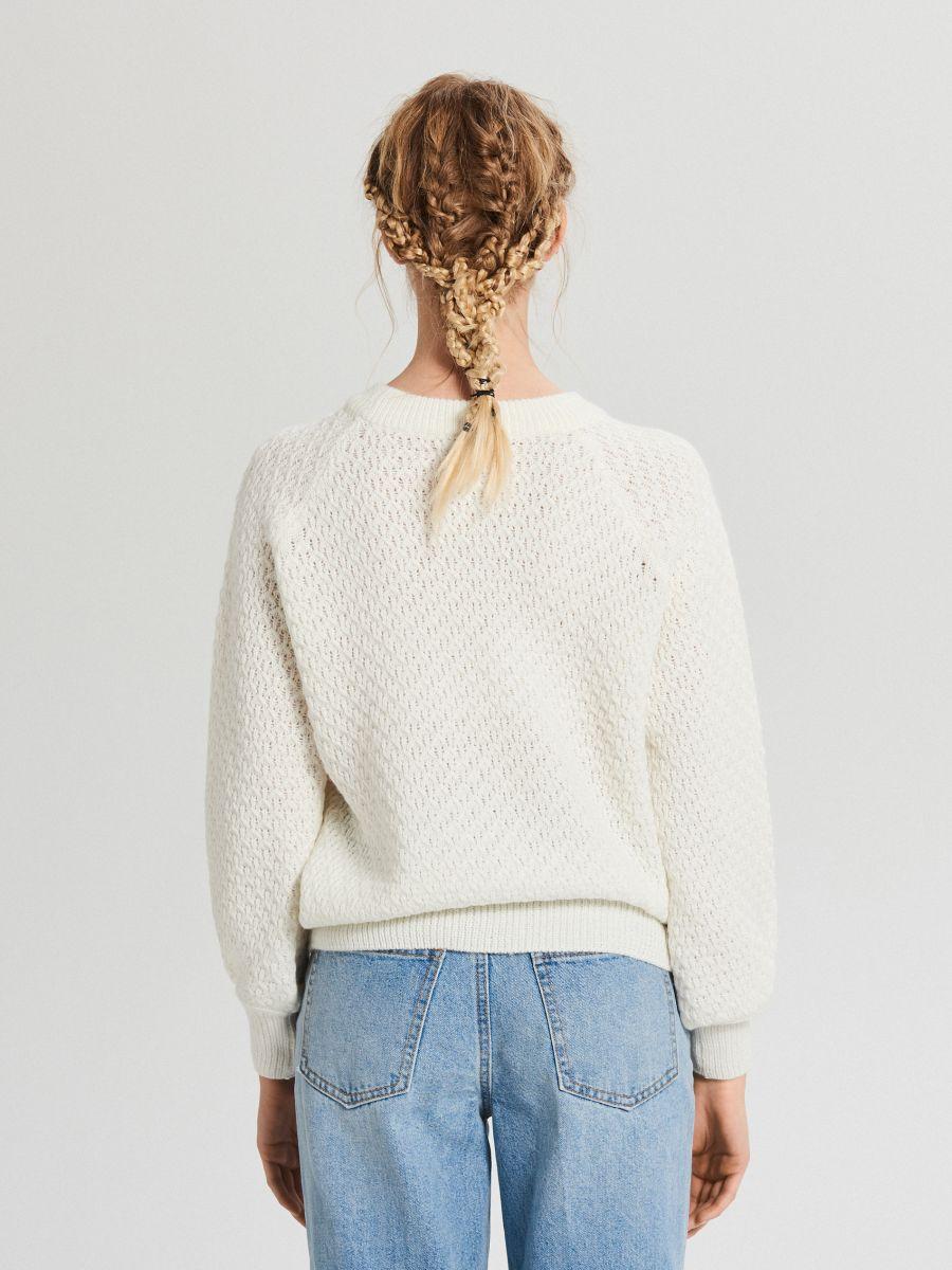 Sweter z ozdobnym splotem - KREMOWY - XG556-01X - Cropp - 4