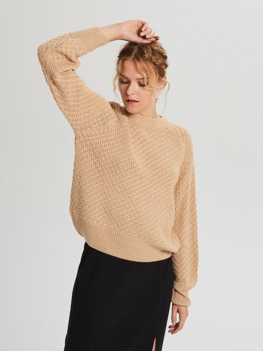 Sweter z ozdobnym splotem - BEŻOWY - XG556-08X - Cropp - 3