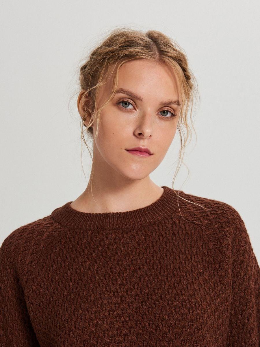 Sweter z ozdobnym splotem - BRĄZOWY - XG556-89X - Cropp - 3