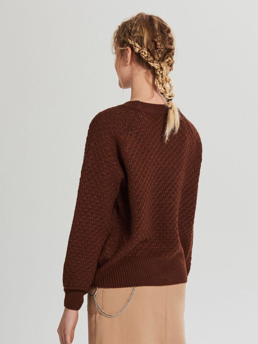Sweter z ozdobnym splotem - BRĄZOWY - XG556-89X - Cropp - 4