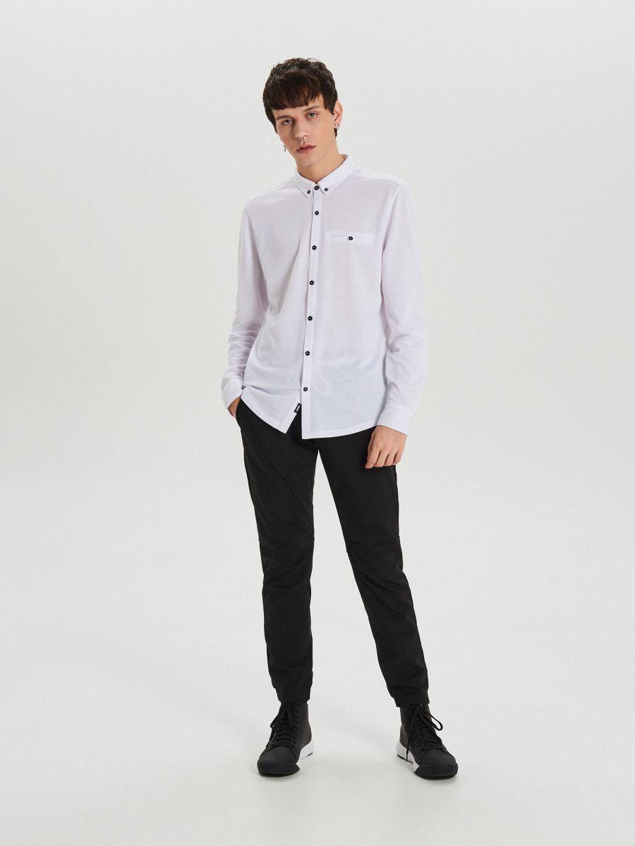 Gładka koszula o kroju slim - BIAŁY - XK015-00X - Cropp - 2