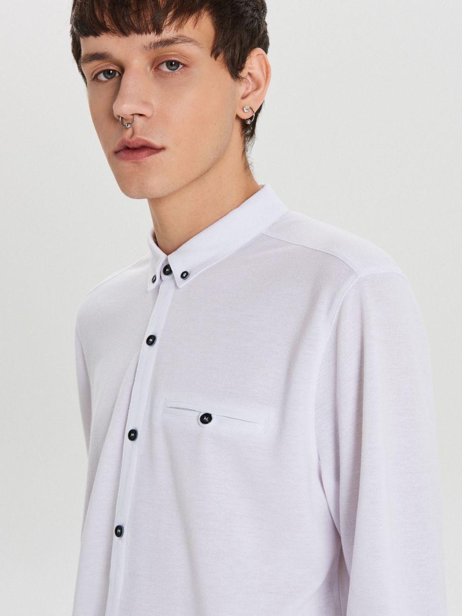 Gładka koszula o kroju slim - BIAŁY - XK015-00X - Cropp - 3