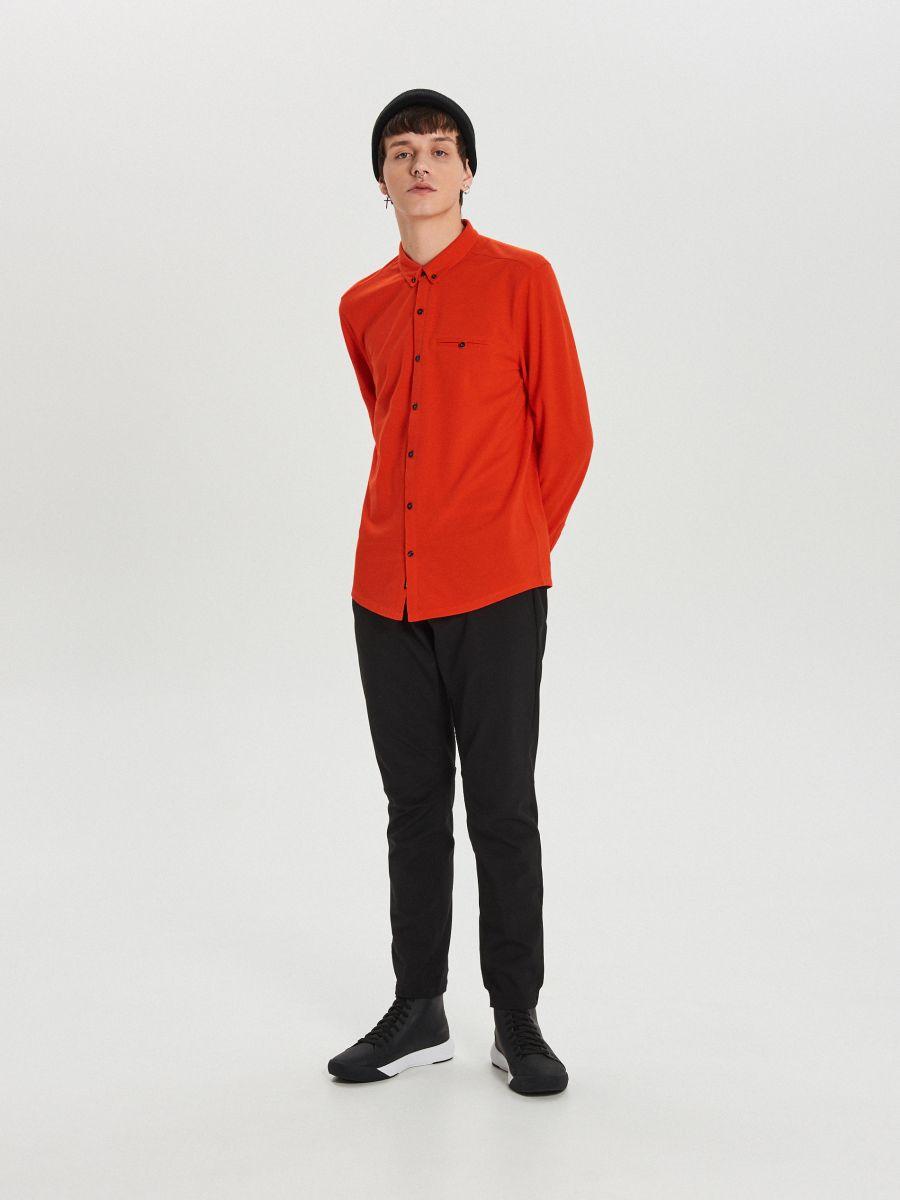 Gładka koszula o kroju slim - CZERWONY - XK015-33X - Cropp - 2