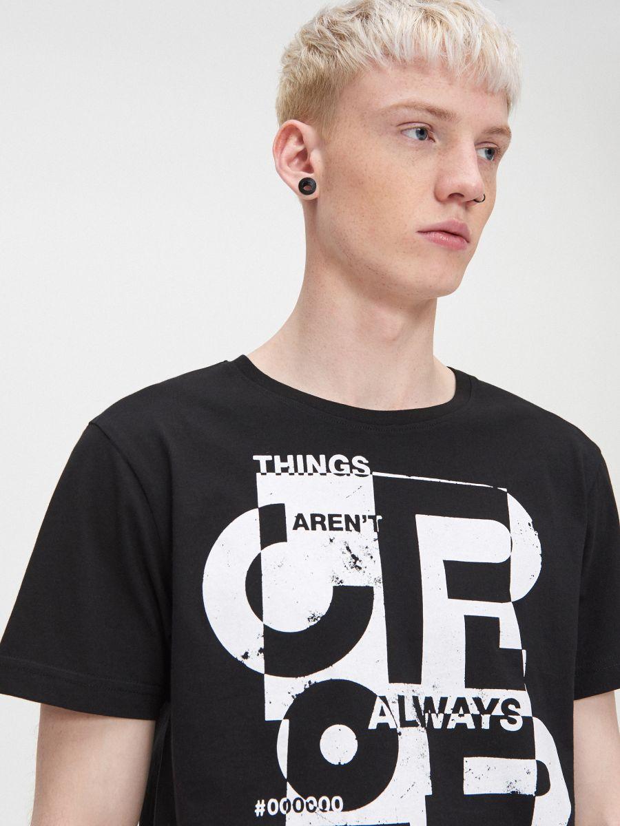Koszulka z napisem  - CZARNY - XP532-99X - Cropp - 2