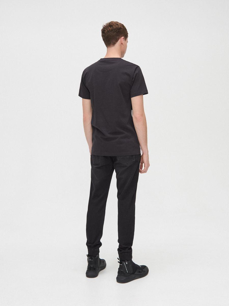 Koszulka z kontrastowym water printem - CZARNY - XP556-99X - Cropp - 4